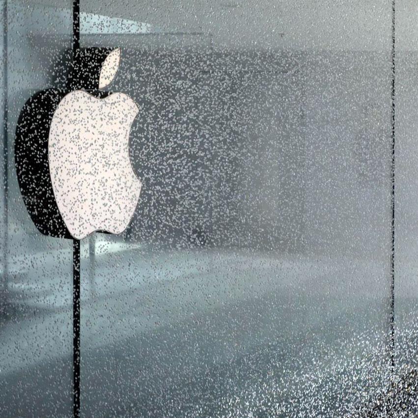 apple strore milan logo in the fountain